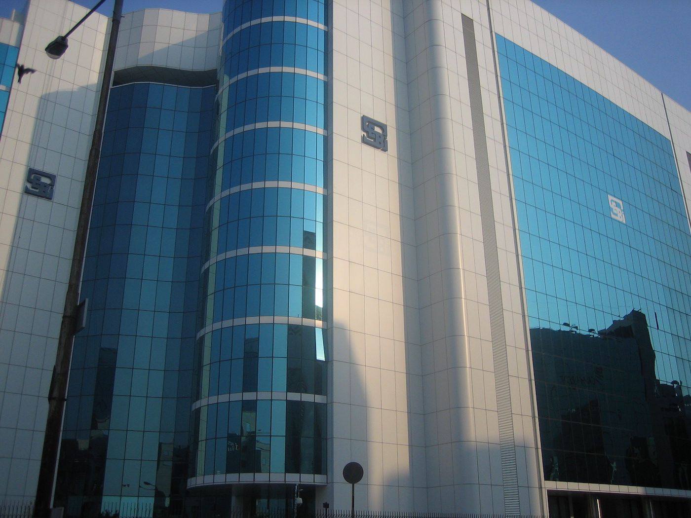 India's Securities Regulator Warns Advisers Against Dealing in Unregulated Assets